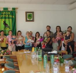 Obiteljima s novorođenom djecom gradonačelnik uručio jednokratne gradske potpore