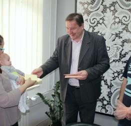 Podijeljene novčane potpore obiteljima s novorođenom djecom