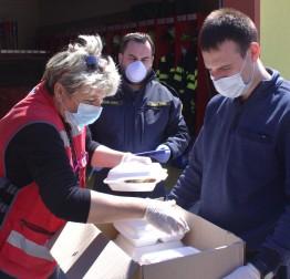 Nakon maskica, prehrambeno-higijenskih paketa i šunkica, građanima u potrebi dostavljaju se i topli obroci